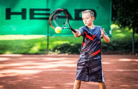 Родителите по време на детски тенис мач